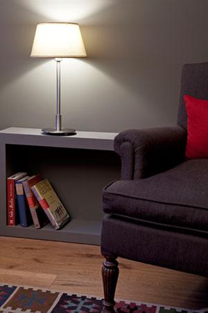Las lámparas de sobremesa aportan calidez a la sala de estar
